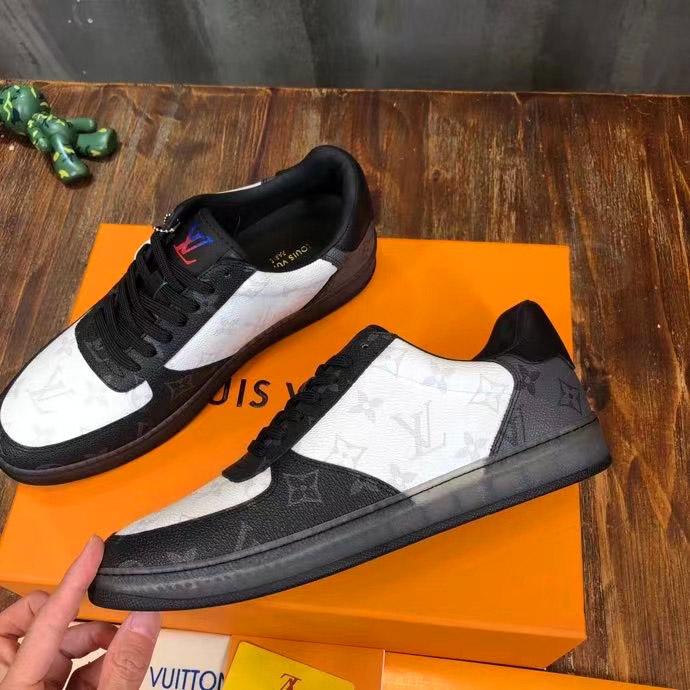 Các chi tiết trên giày sneaeker được làm hoàn chỉnh