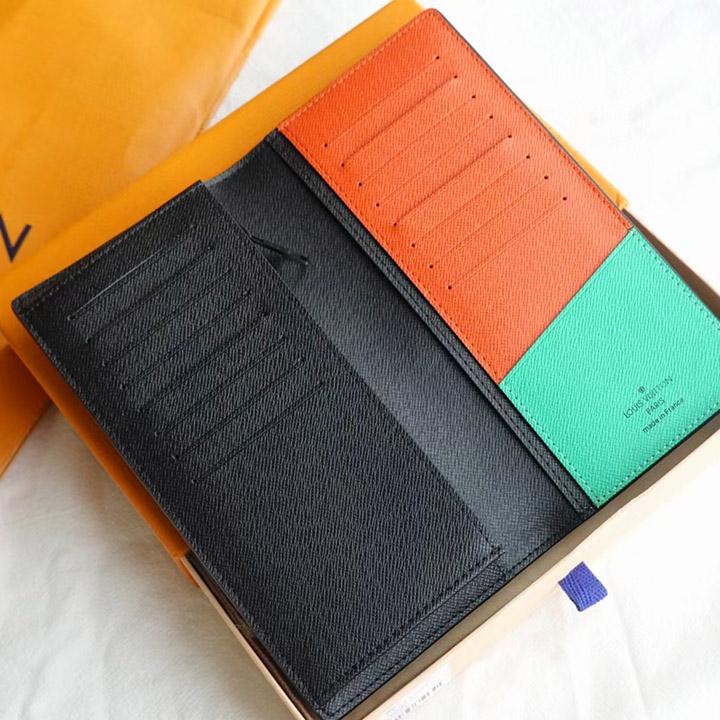 Chi tiết bên trong ví và các khe cắm thẻ
