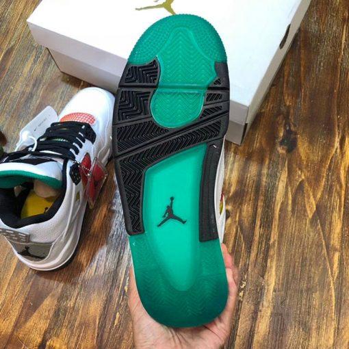 Đế giày được làm từ cao su cao cấp
