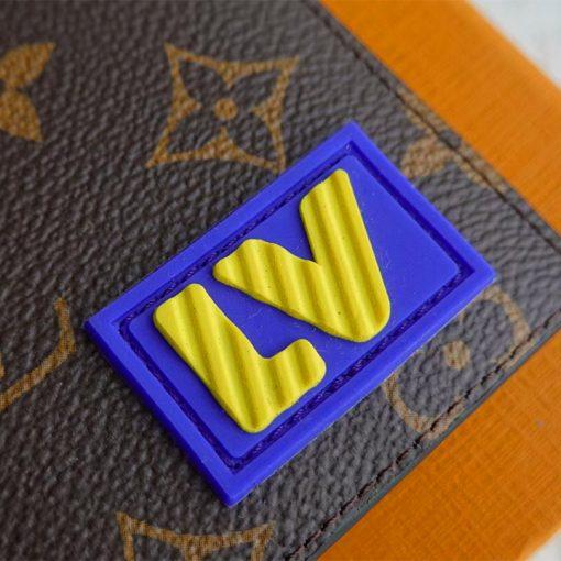 Logo chữ LV vàng bên ngoài ví ngắn nam