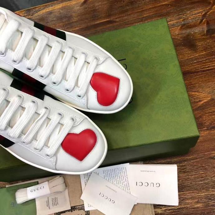 Mũi giày có họa tiết trái tim đẹp mắt