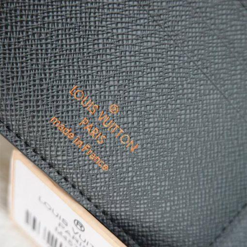 Tên thương hiệu Louis Vuitton được in trên da ví gọn gàng