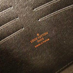 Tên thương hiệu được in rõ nét bên trong túi