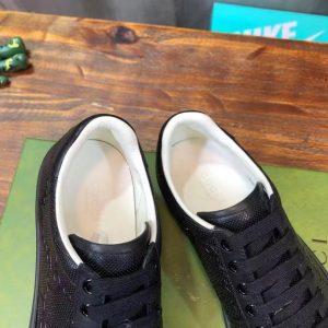 Bên trong giày sneaker nam