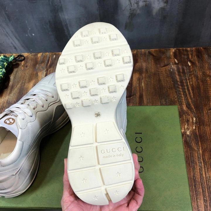 Đế của giày được làm từ cao su cao cấp