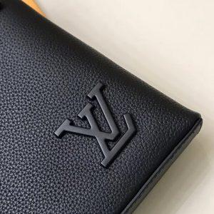 Logo LV được gắn bên ngoài túi