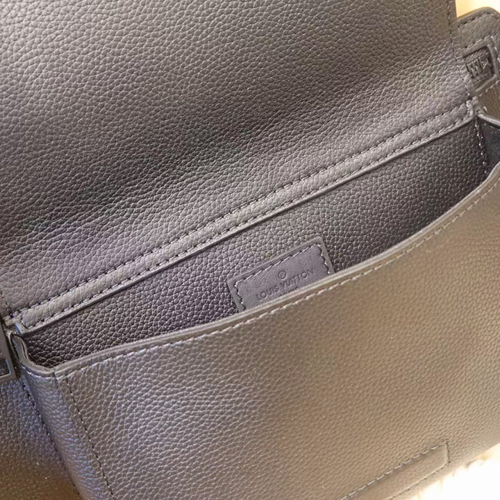 Phía bên trong túi đeo chéo nam LV LVTN8891